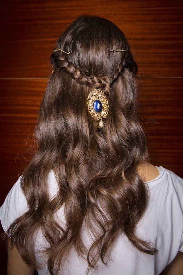 Cheveux attachés en couronne de tresse automne hiver 2018