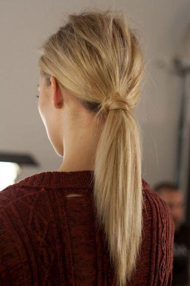 Cheveux attachés en queue-de-cheval décoiffée automne-hiver 2017