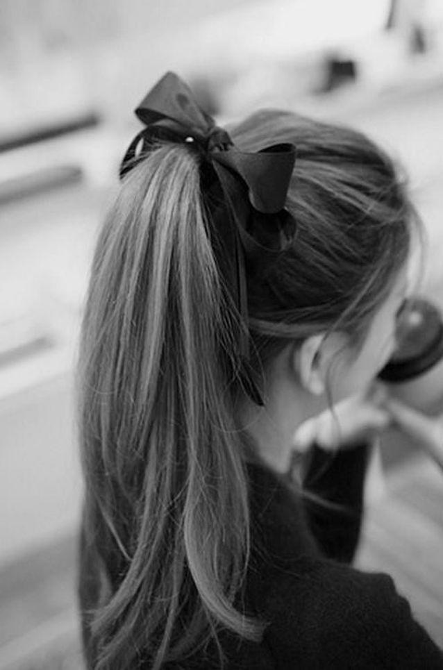 Cheveux attachés en queue-de-cheval haute automne-hiver 2016