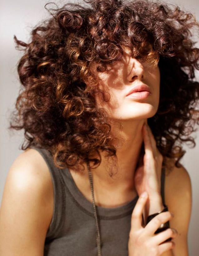 coiffure cheveux fris s et pais cheveux fris s nos plus jolies id es pour les coiffer elle. Black Bedroom Furniture Sets. Home Design Ideas