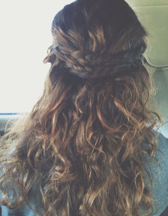 Coiffure cheveux frisés naturels