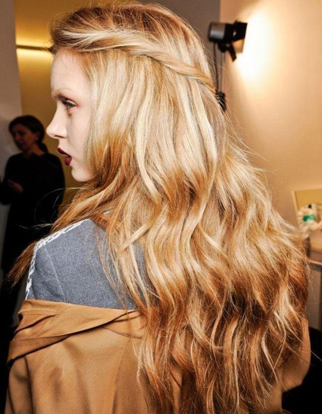 Un wavy sur cheveux blond doré