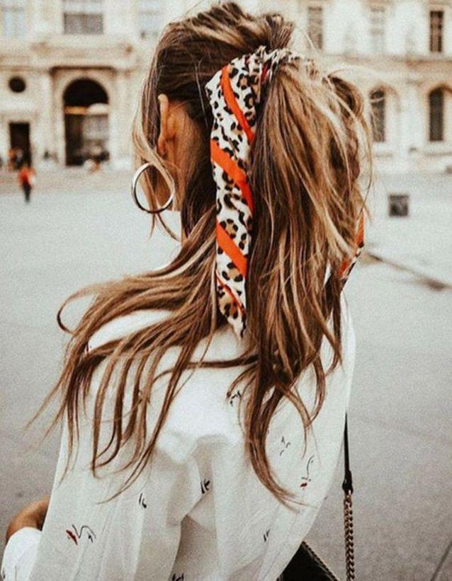 Coiffure avec un foulard sur cheveux longs