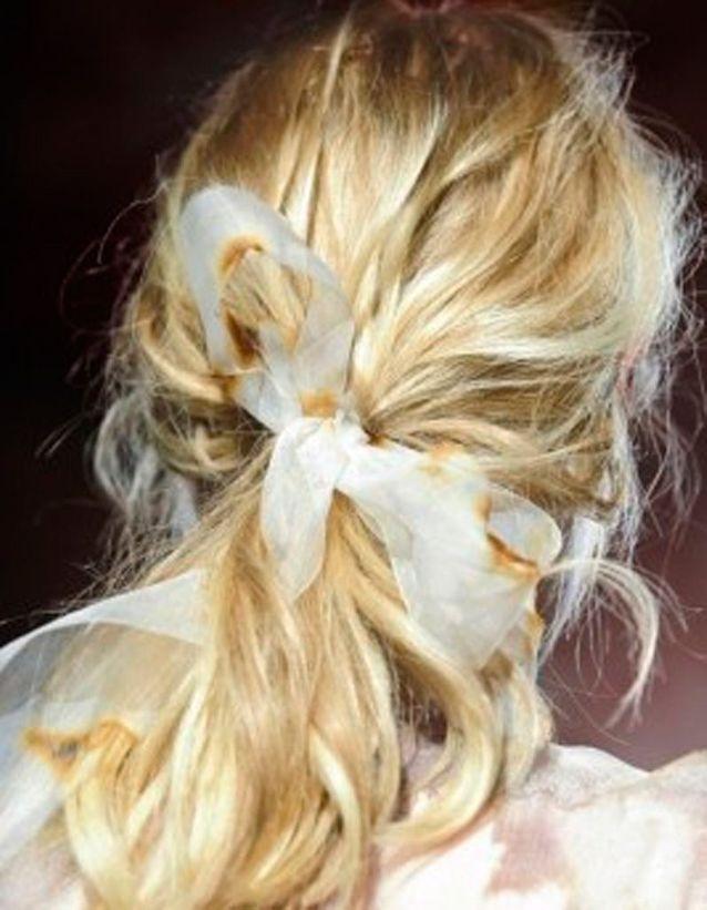 Coiffure coiffée-décoiffée avec ruban