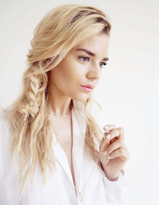 Coiffure coiffée décoiffée blonde