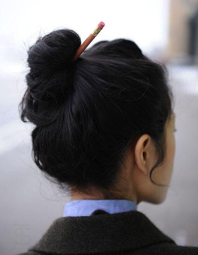 Coiffure cheveux mi-longs avec accessoire cheveux