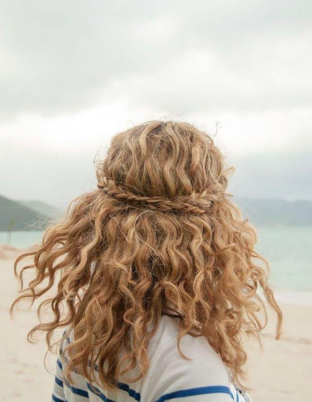 Coiffure de plage cheveux mi-longs
