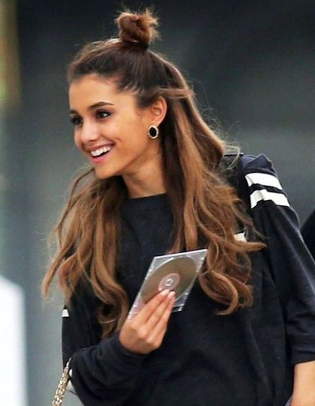 Le half bun d'Ariana Grande