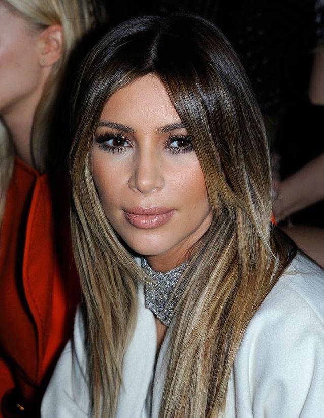 Kim Kardashian et ses mèches blondes
