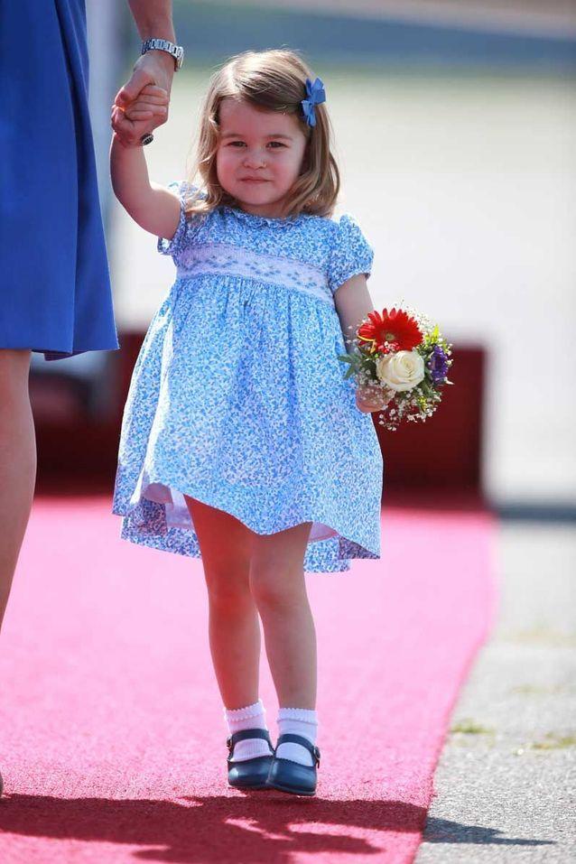La princesse Charlotte à Berlin et son nœud bleu ciel