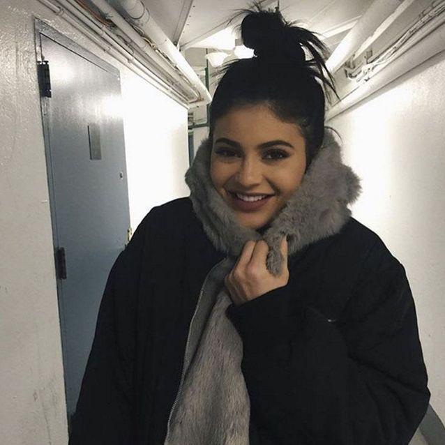 Kylie Jenner porte un messy bun