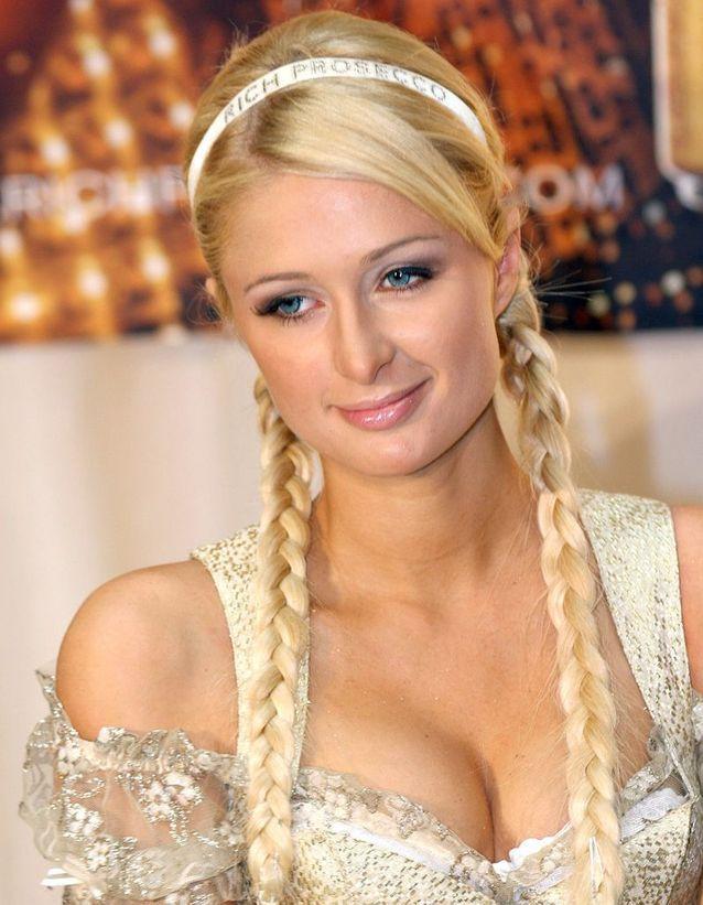 La coiffure avec tresses et headband de Paris Hilton