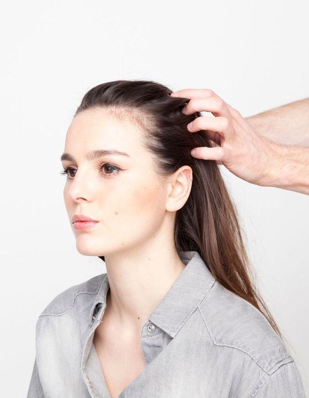 Etape 1 : Ramenez toute la chevelure vers l'arrière, sans faire de raie au milieu.