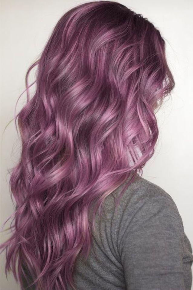 Cheveux violets avec des nuances roses