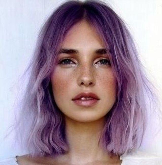 Cheveux violets carré court