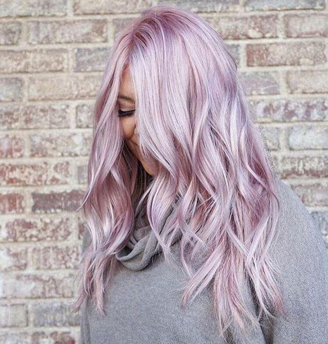 Cheveux violets clairs