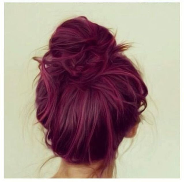 Cheveux violets en chignon
