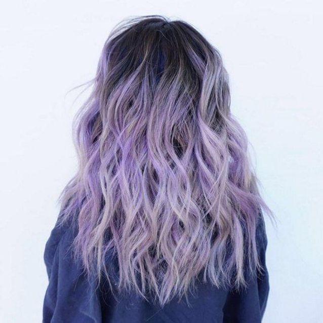 Cheveux violets et racines foncées
