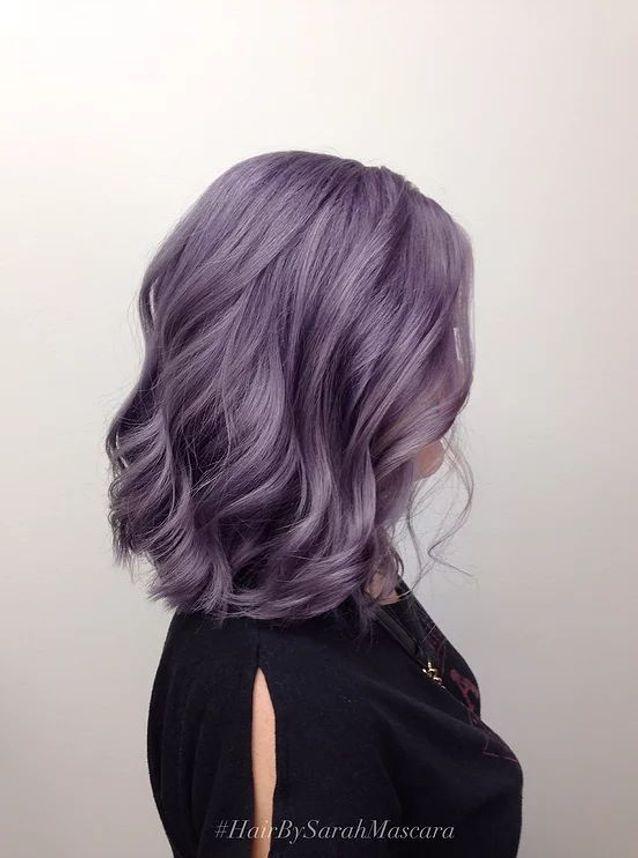 Cheveux violets lob ondulé