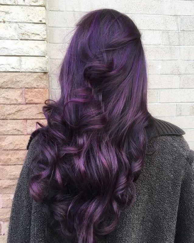 Cheveux violets sur brune