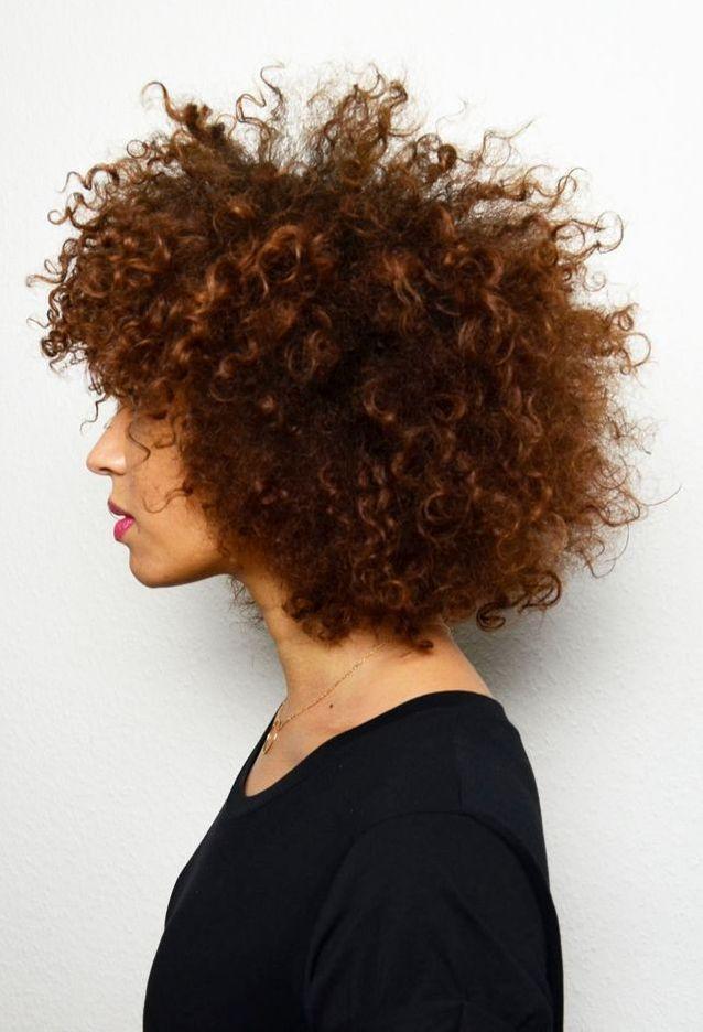 Cheveux bouclés afro