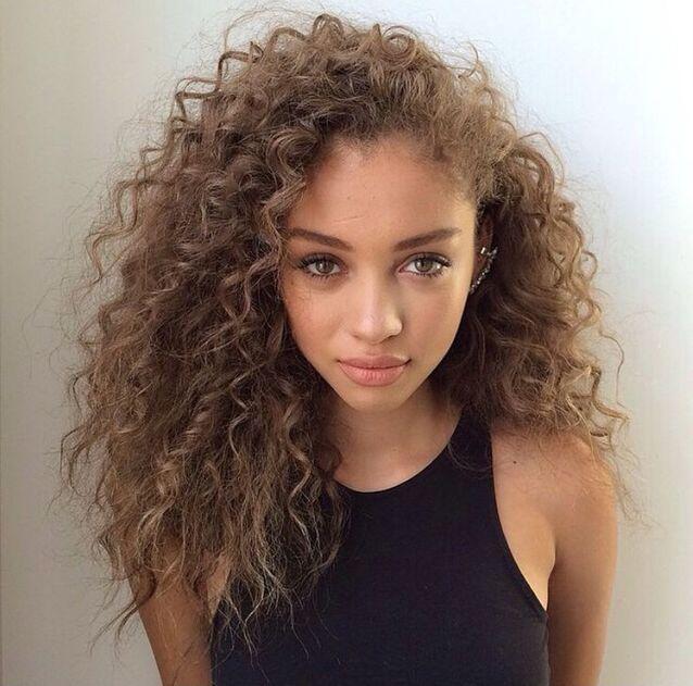 Cheveux bouclés métisse