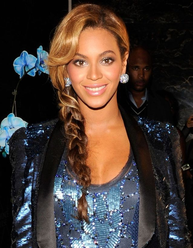 Beyoncé et sa frange sur le côté avec une tresse
