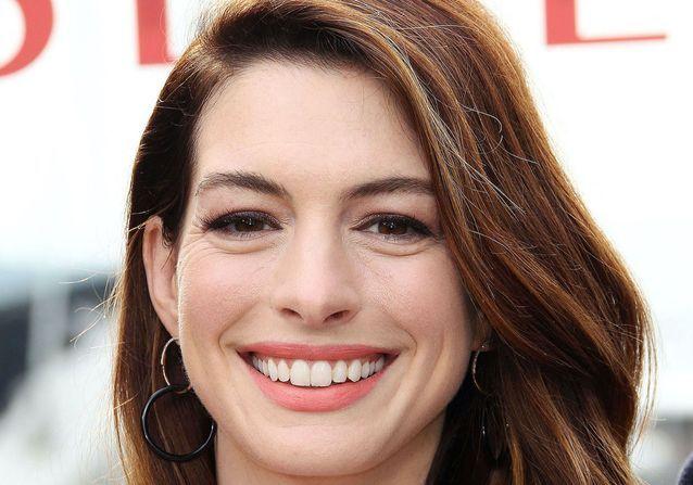 Anne Hathaway confirme le retour de cette coiffure très française