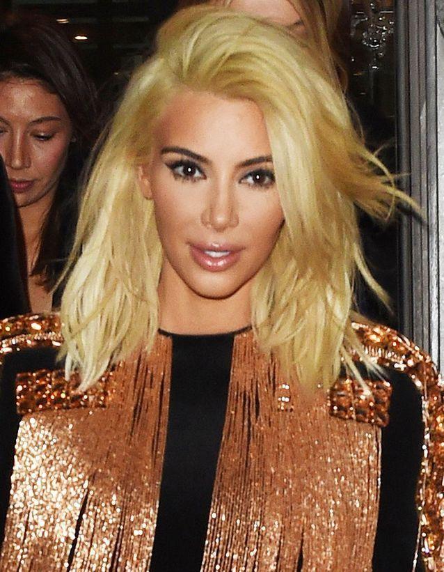 Kim Kardashian blonde avec un carré long en mars 2015