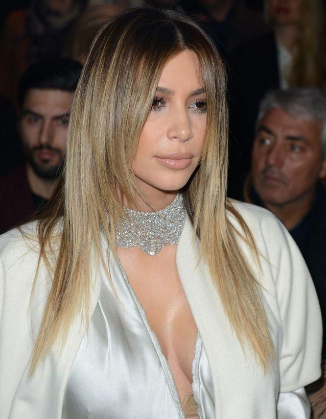 Kim Kardashian blonde avec une coupe dégradée lisse en janvier 2014