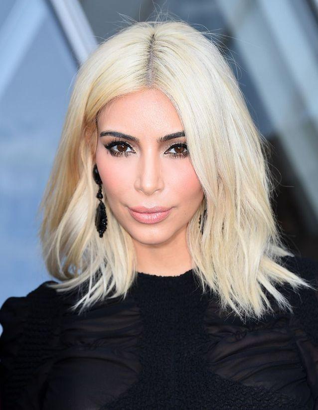 Kim Kardashian blonde platine avec un carré long en mars 2015