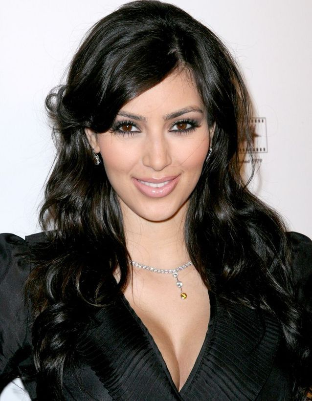 Kim Kardashian brune, cheveux bouclés en décembre 2007