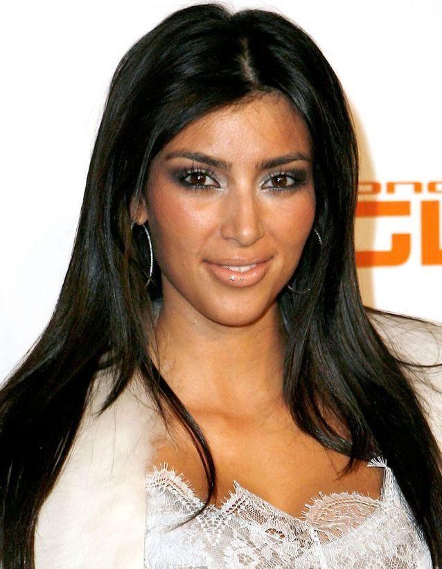 Kim Kardashian brune, cheveux longs et lissés en 2006