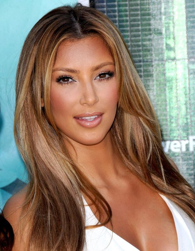Kim Kardashian cheveux blonds foncés et lissés en août 2009