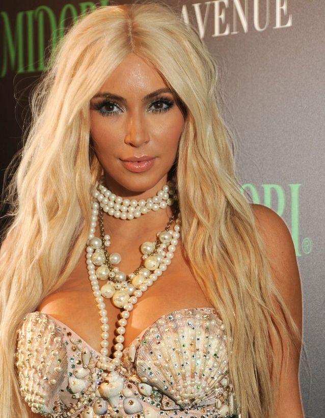 Kim Kardashian cheveux longs et blonds en octobre 2012