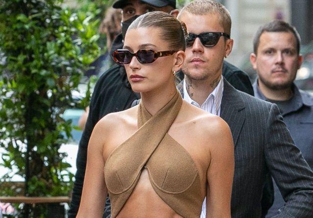 Hailey Bieber décline cette coiffure chic et rapide pour ses balades à Paris