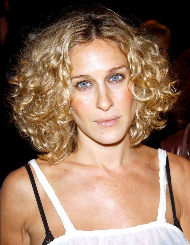 Sarah Jessica Parker blonde with a short square curly hair in September 2002