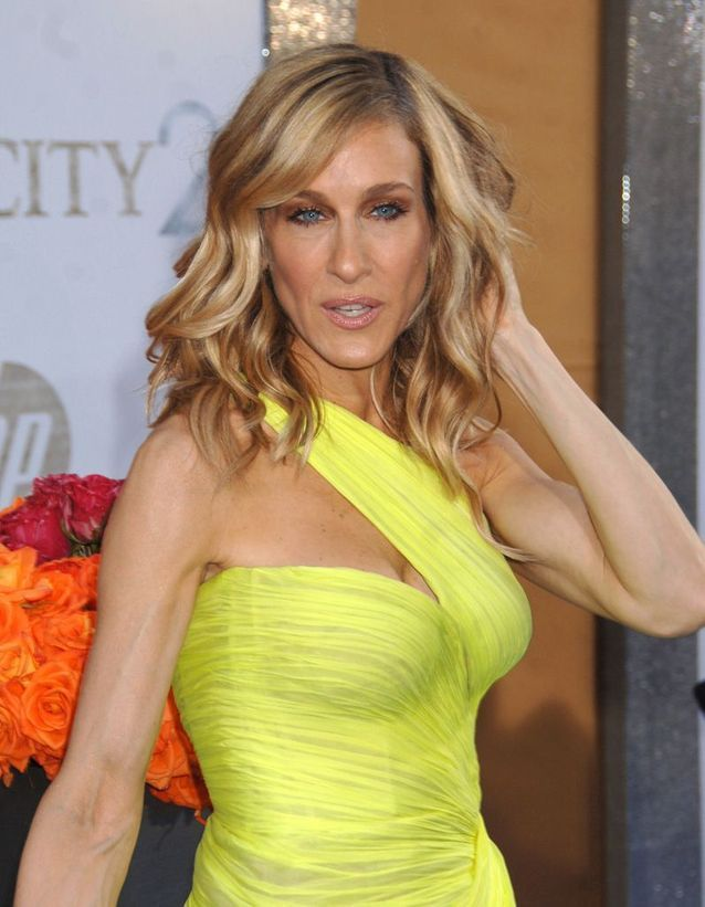 Sarah Jessica Parker blonde with a long curly square in May 2010