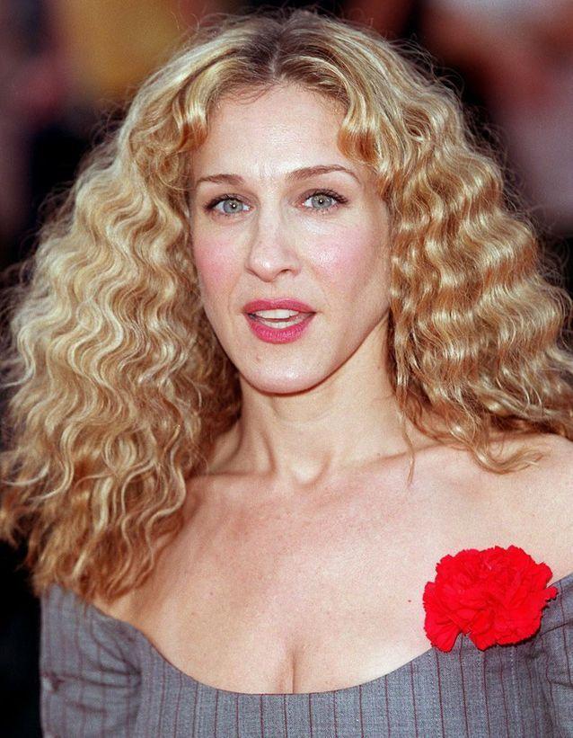 Sarah Jessica Parker blonde cheveux frisés en mars 2000