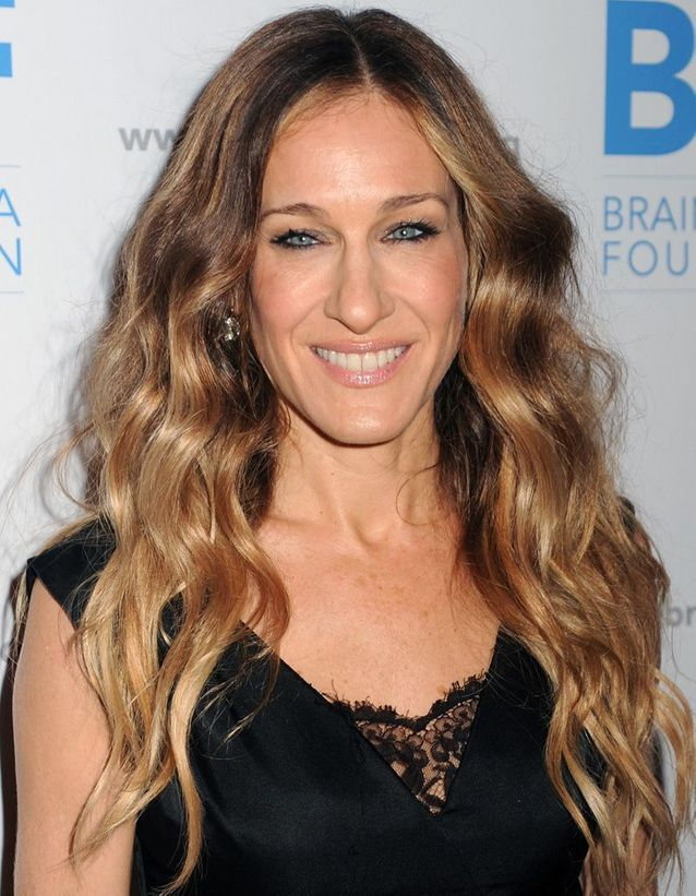 Sarah Jessica Parker blonde, long and wavy hair in December 2011