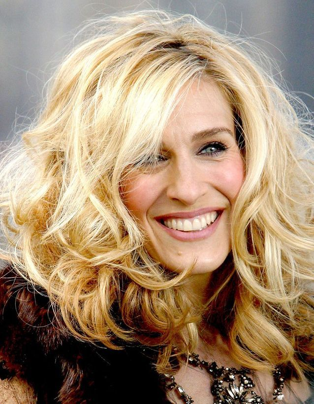 Sarah Jessica Parker blonde platinum curly hair in March 2003