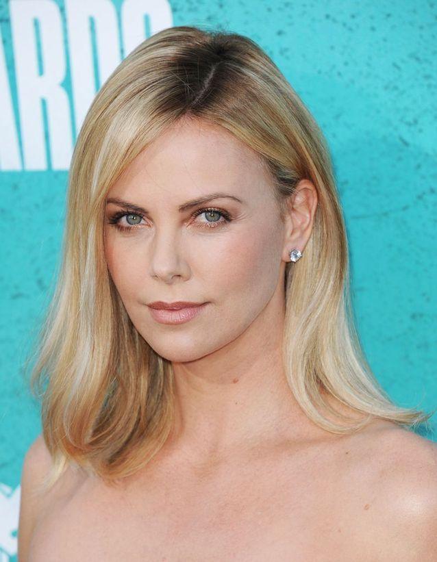 Le blond avec effet racines de Charlize Theron