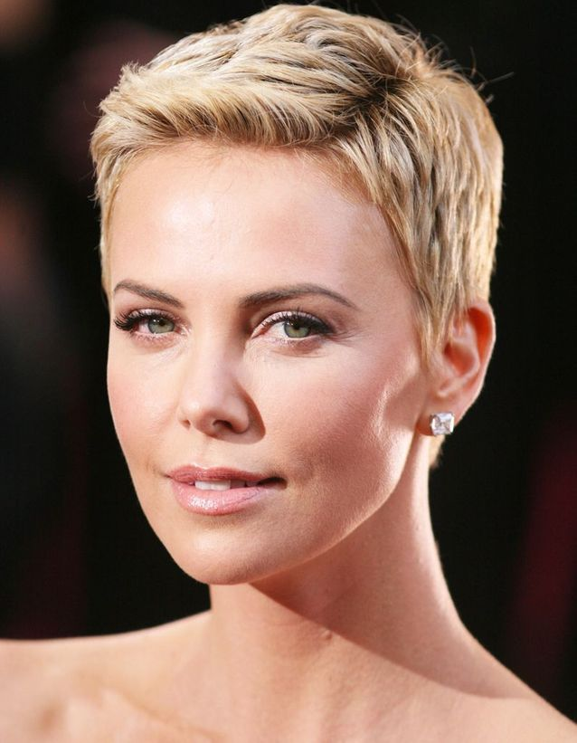Charlize Theron, avec une coupe pixie blonde