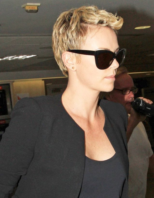 Charlize Theron, garde sa coupe pixie blonde