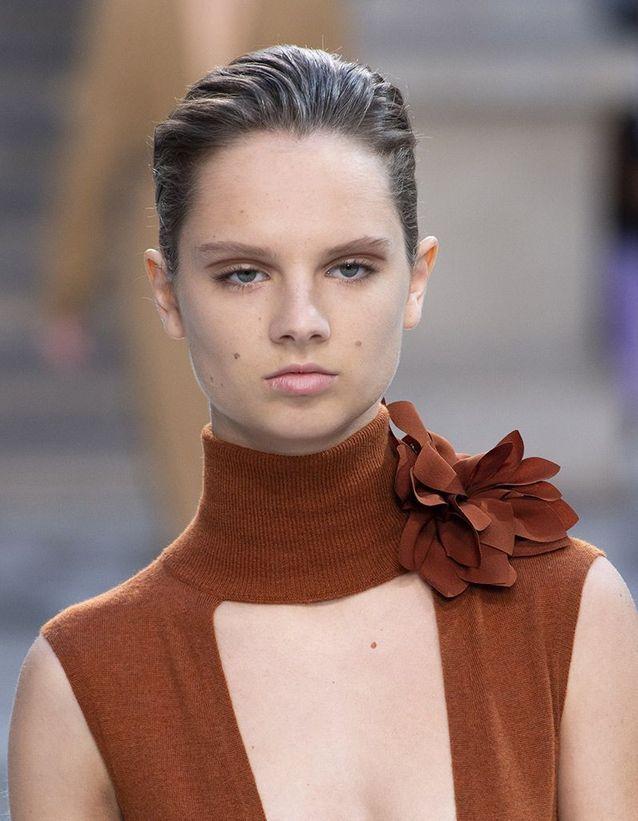 La coiffure sleek du défilé Victoria Beckham