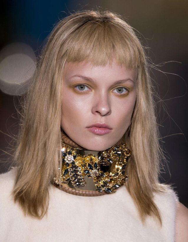 Frange courte cheveux blonds