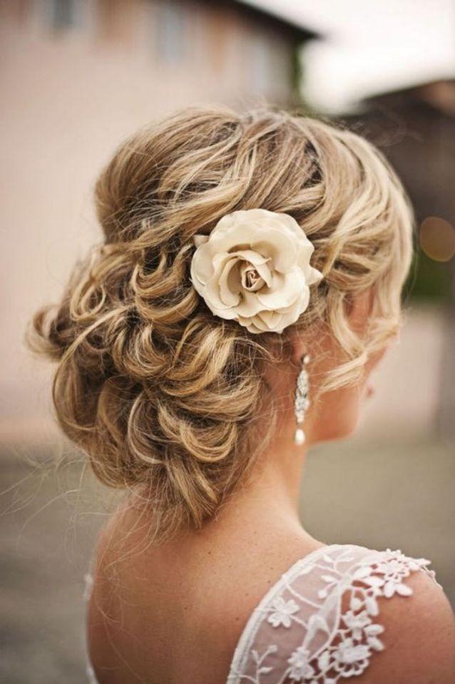Coiffure de mariée avec rose