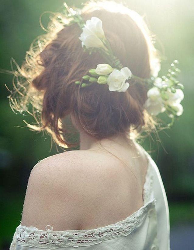 Coiffure de mariée Chignon et fleurs fraîches