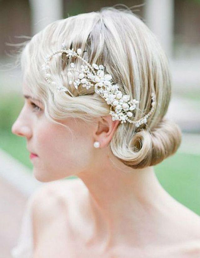 Coiffure de mariée Chignon roulotté et bijou blanc