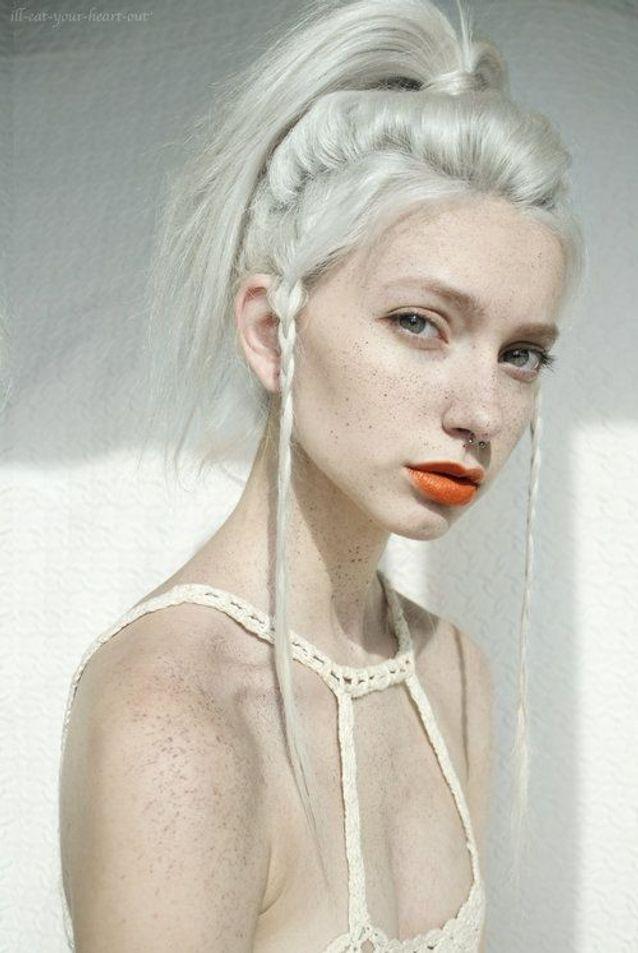 Cheveux blancs avec tresse